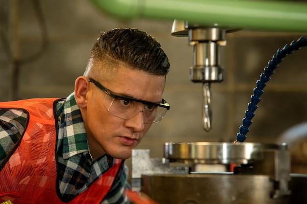 Mechanisch ingenieur bezig met machines in de fabriek.