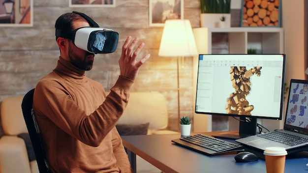 Mechanisch ingenieur die moderne technologie gebruikt om een nieuw versnellingssysteem te ontwikkelen. virtual reality-headset.