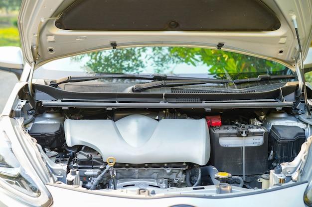Mechanisch motorsysteem met open kap om schade aan een auto-ongeluk te controleren en te repareren.