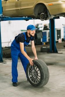 Mechanisch rollend wiel aan autolift