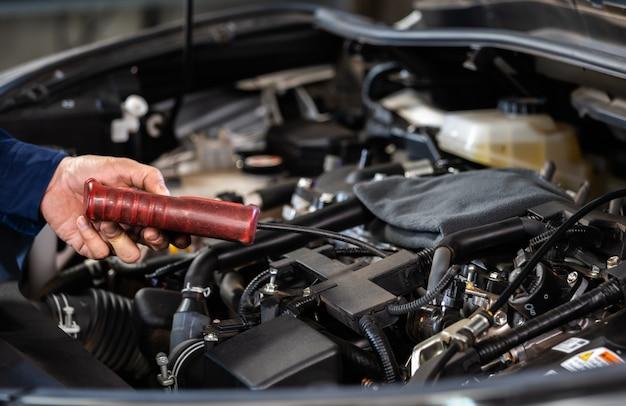 Mechanische hand die toerenteller gebruikt die motor van auto controleert