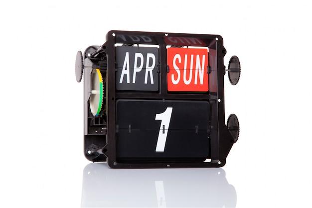 Mechanische kalender retro datum 1 april, op geïsoleerde dwaasdag.