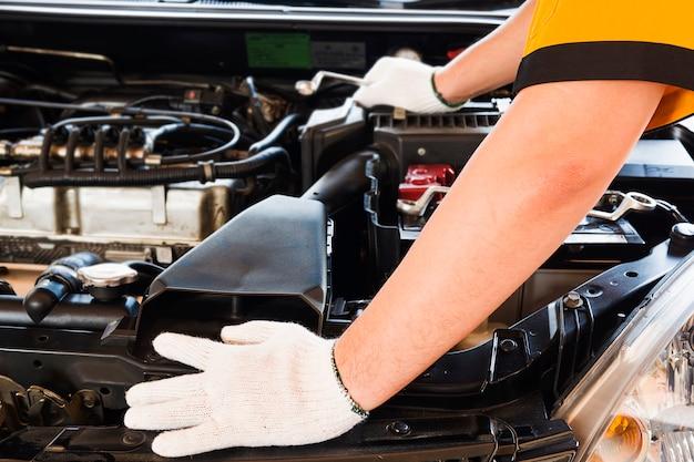 Mechanische mens die auto herstelt