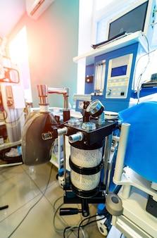 Mechanische ventilatieapparatuur. longontsteking diagnosticeren. ventilatie van de longen met zuurstof. covid-19 en coronavirus identificatie. pandemie.