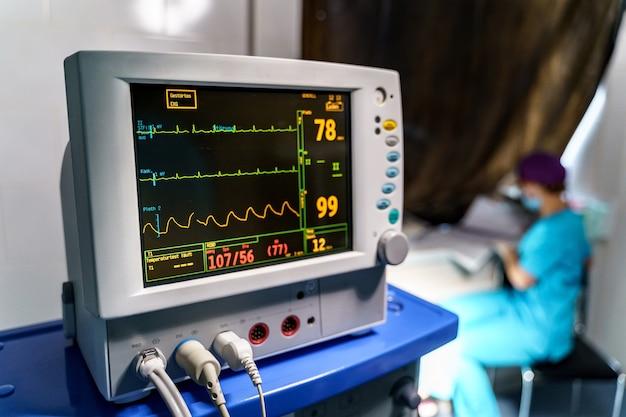 Mechanische ventilatieapparatuur. longontsteking diagnosticeren. ventilatie van de longen met zuurstof. monitor met resultaten.