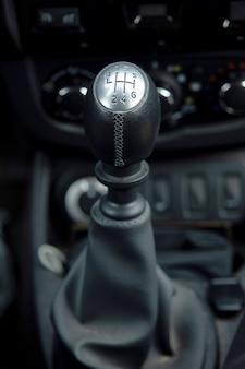 Mechanische versnellingsbak. detailopname. binnenkant van een auto.