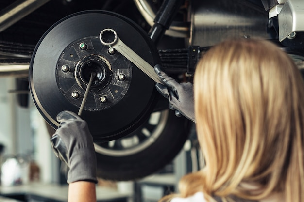 Mechanische vrouwelijke veranderende autowielen