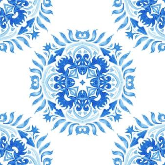 Medaillon damast aquarel blauw en wit hand getrokken tegel naadloze sier verf patroon. elegante luxetextuur voor stof en azulejo-tegels