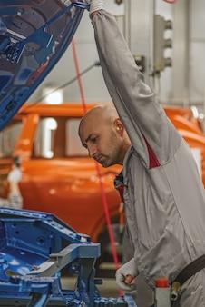 Medewerker van de carrosseriebouwer controleert de kwaliteit