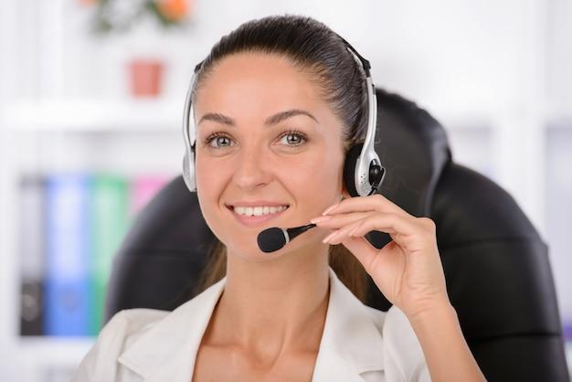 Medewerker van de klantenservice op het werk.