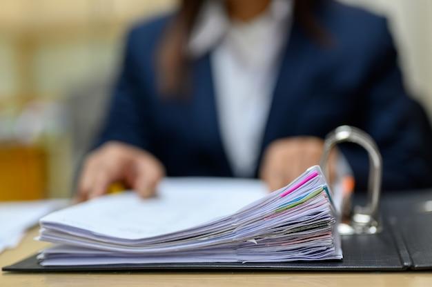 Medewerkers beheren documenten op kantoor.
