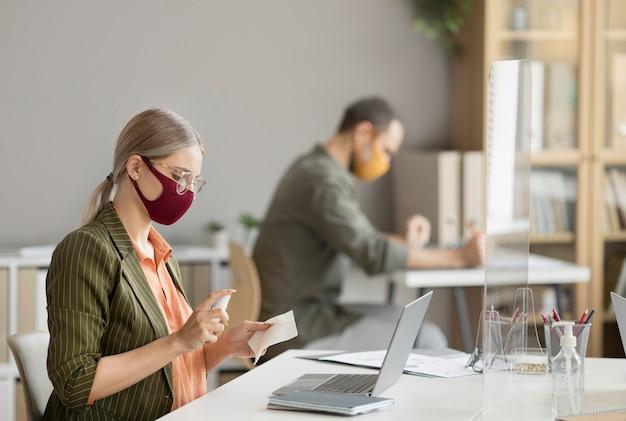 Medewerkers die een gezichtsmasker dragen op het werk