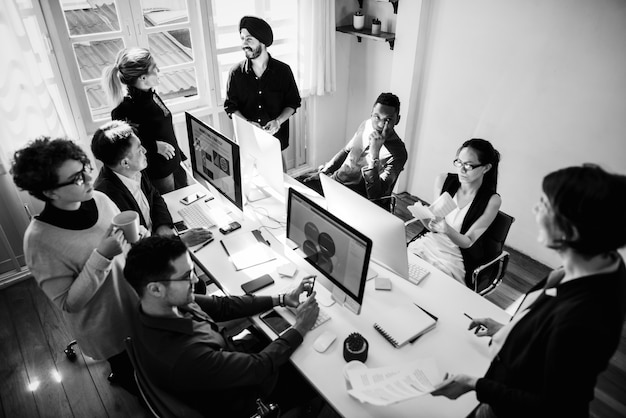 Medewerkers die in een bureau samenwerken