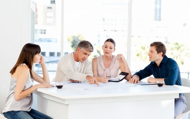 Medewerkers die op hun kantoor werken