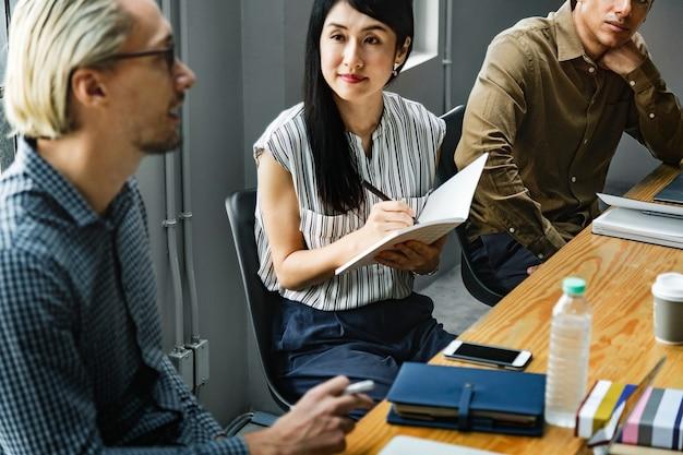Medewerkers in een zakelijke bijeenkomst