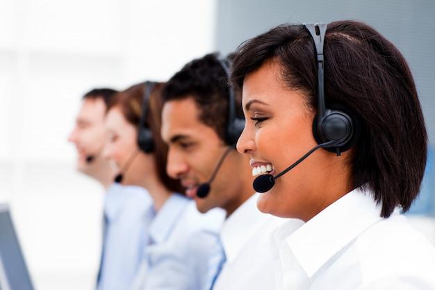 Medewerkers klantenservice met headset ingeschakeld