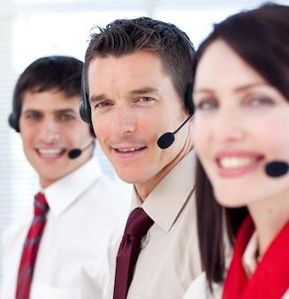 Medewerkers van de klantenservice met headsets aan