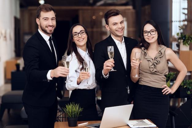 Medewerkers van het bedrijf drinken alcoholische dranken