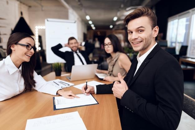 Medewerkers van het bedrijf houden een vergadering aan tafel