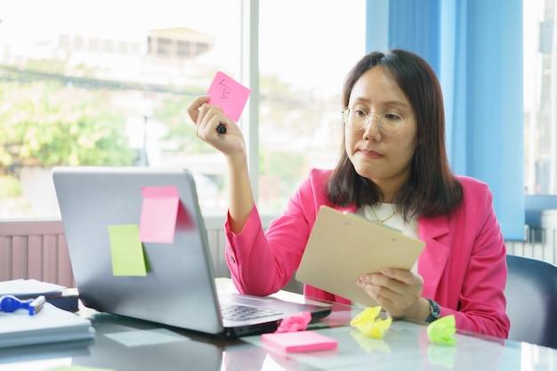 Medewerkers van het bedrijf werken hard voor de organisatie door gebruik te maken van hun hoge kennis en vaardigheden