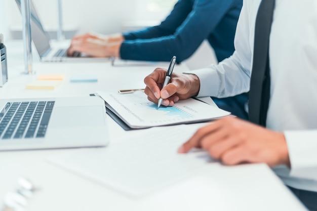 Medewerkers werken met financiële documenten.