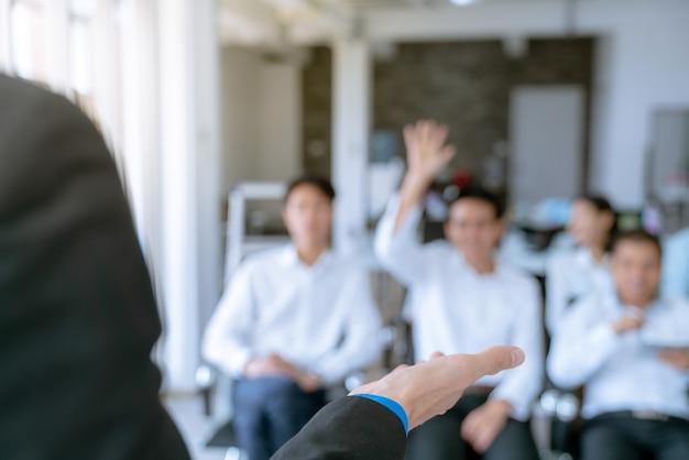 Medewerkers zijn de vragen die tijdens de vergadering worden gesteld, het plan van het bedrijf