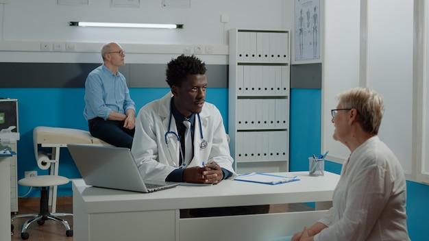 Medic van afro-amerikaanse etniciteit die onderzoek doet
