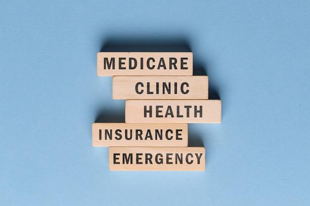 Medicare-concept - houten blokken met tekst op een blauwe ruimte.