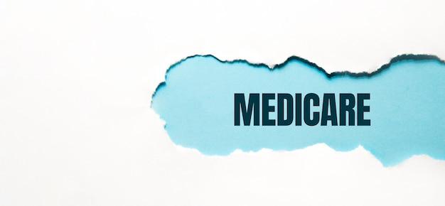 Medicare word gemaakt op gescheurd papier