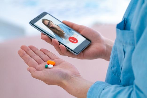Medicatie en pillen gebruiken voor de behandeling van ziekten en welzijn. overleg met een arts online.
