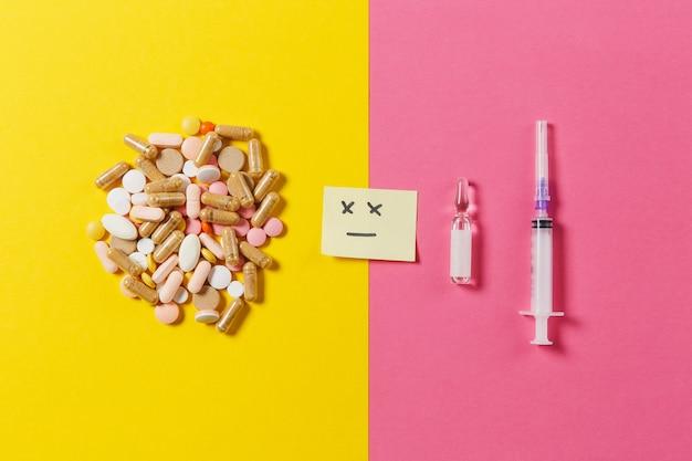 Medicatie kleurrijke tabletten, pillen abstract gerangschikt op geel roze achtergrond