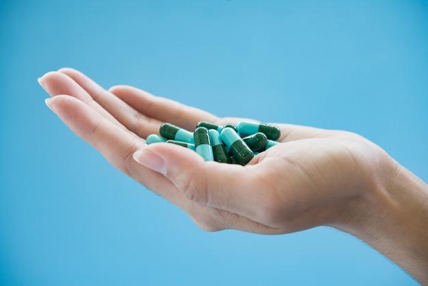 Medicijnen in de palm van de hand