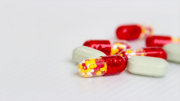 Medine concept; selectieve aandacht van antibiotica capsules pillen op witte achtergrond met kopie ruimte.
