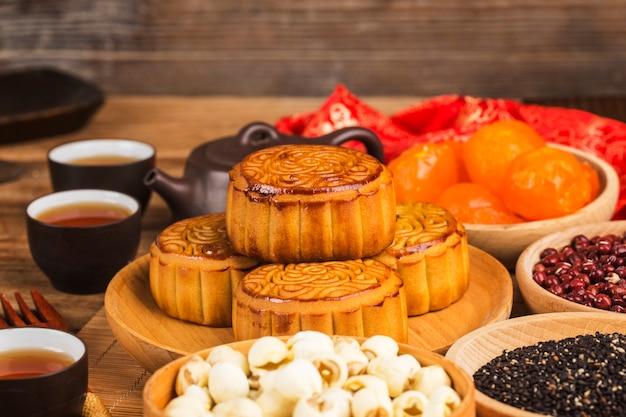 Medio autumn festival chinees traditioneel gebak mooncake