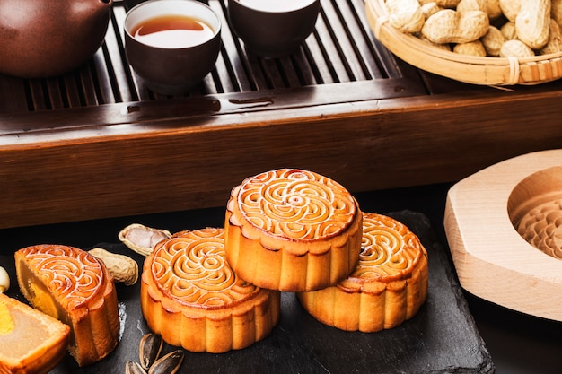Medio autumn festival chinees traditioneel gebak mooncake