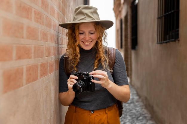 Medio doodgeschoten meisje dat met hoed camera bekijkt