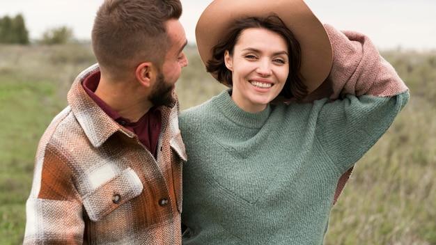 Medio geschoten mens die glimlachende vriendin bekijkt