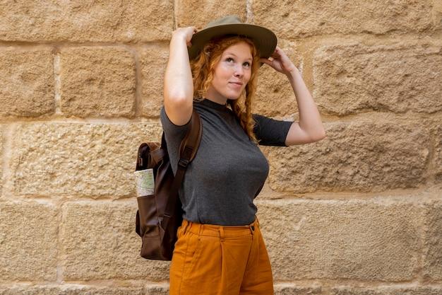 Medio geschoten vrouw die hoed opzet