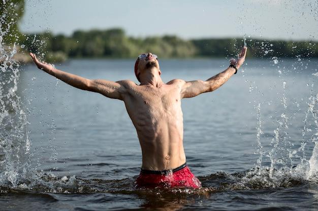 Medio geschoten zwemmer in meer