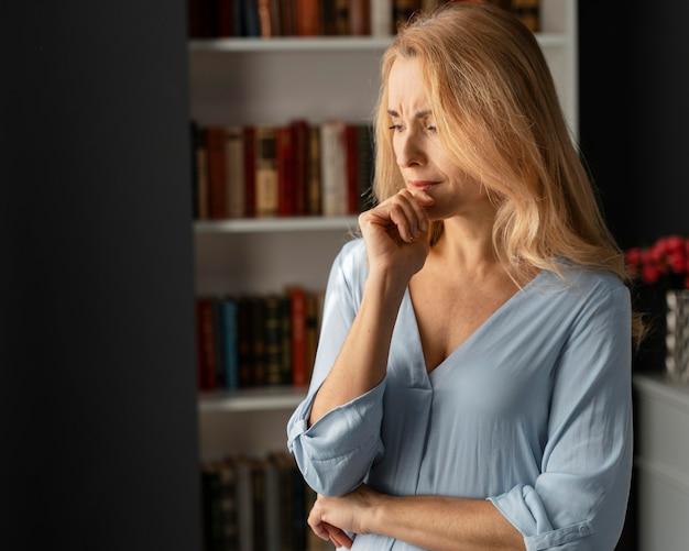 Medio schot bezorgd vrouw therapeut in kantoor