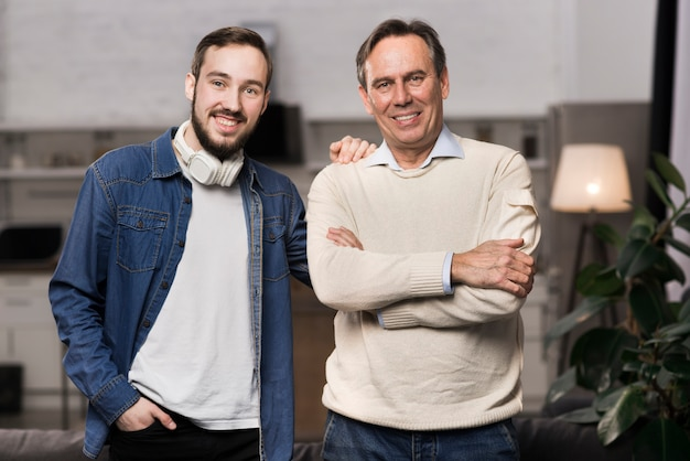 Medio schot vader en zoon die posingh glimlachen