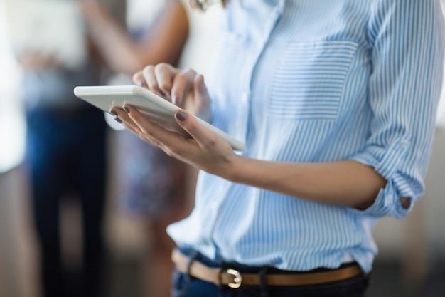 Medio sectie van directeur die digitale tablet gebruikt