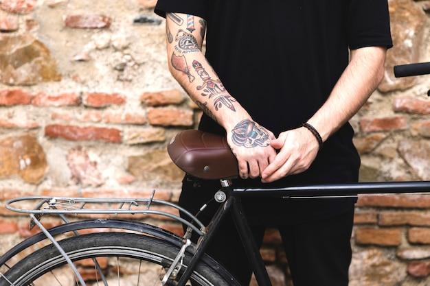 Medio sectie van een mens die zich dichtbij de fiets bevindt