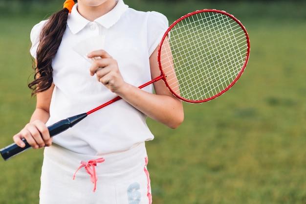 Medio sectie van een shuttle en een badminton van de meisjesholding ter beschikking
