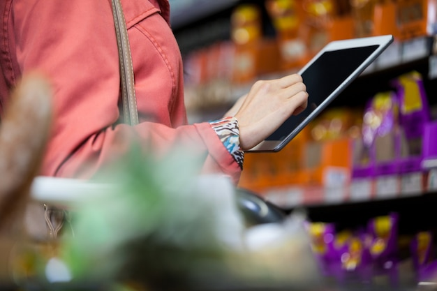 Medio sectie van vrouw die digitale tablet gebruiken