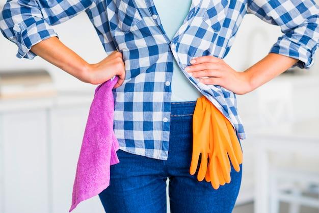 Medio sectie van vrouw die roze servet in hand houdt