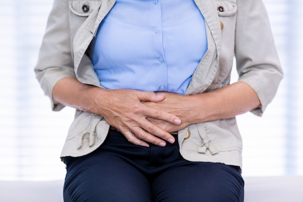 Medio sectie van vrouwelijke patiënt die aan buikpijn lijden
