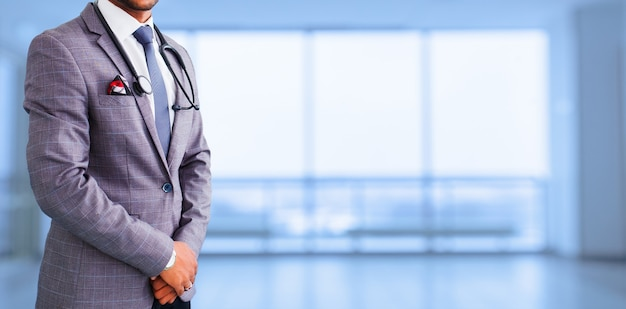 Medisch advertentieontwerp. geneeskunde, mensen en gezondheidszorg concept - close-up van aziatische mannelijke arts met een stethoscoop over blauwe achtergrond. promotionele banner