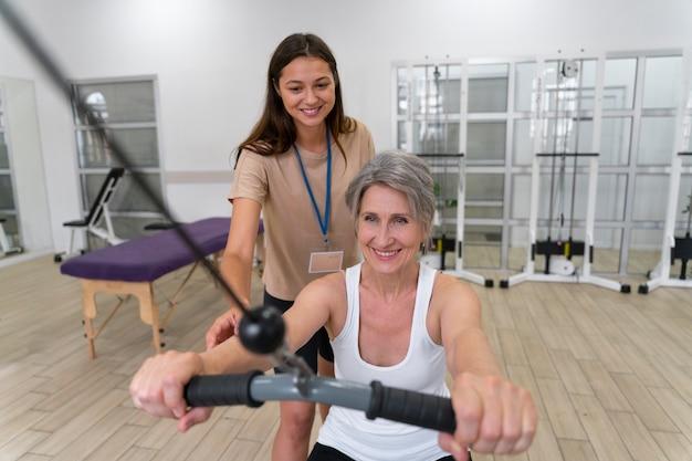 Medisch assistent helpt patiënt met fysiotherapie-oefeningen