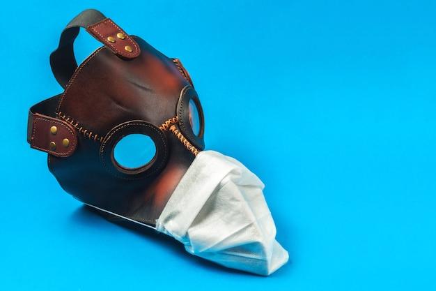 Medisch beschermend masker dat op een blauwe achtergrond wordt geïsoleerd